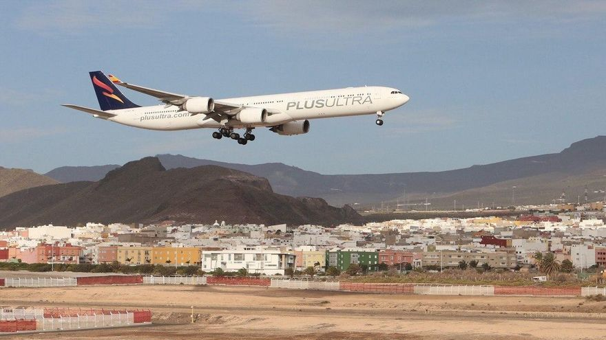 El avión de Plus Ultra, en el momento de llegar este sábado a Gran Canaria