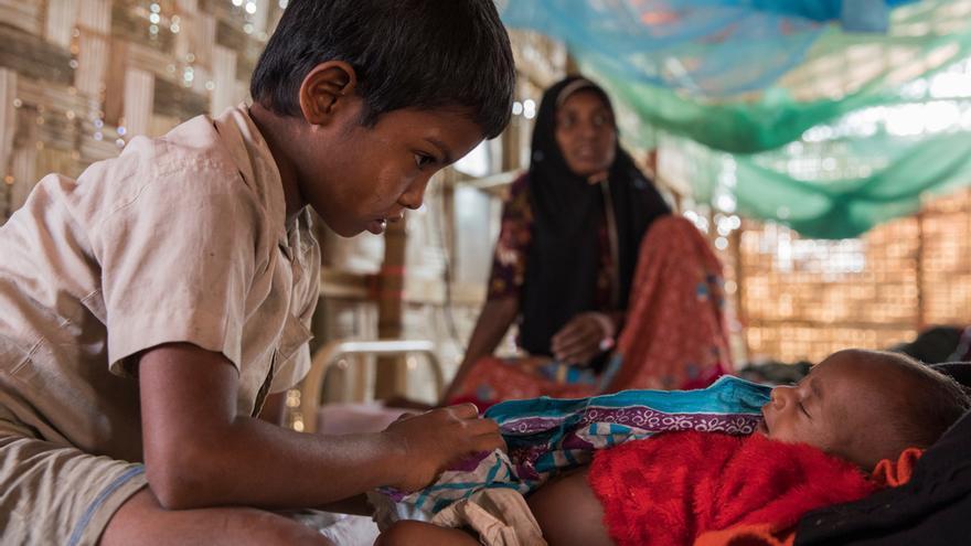 Humaira (al fondo) con sus hijosen el centro de atención primaria de salud de MSF en Jamtoli. Foto:Anna Surinyach.