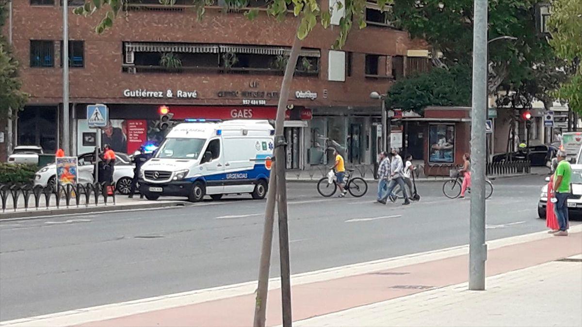 Ambulancia y Policía Local en el lugar del accidente ocurrido este jueves.