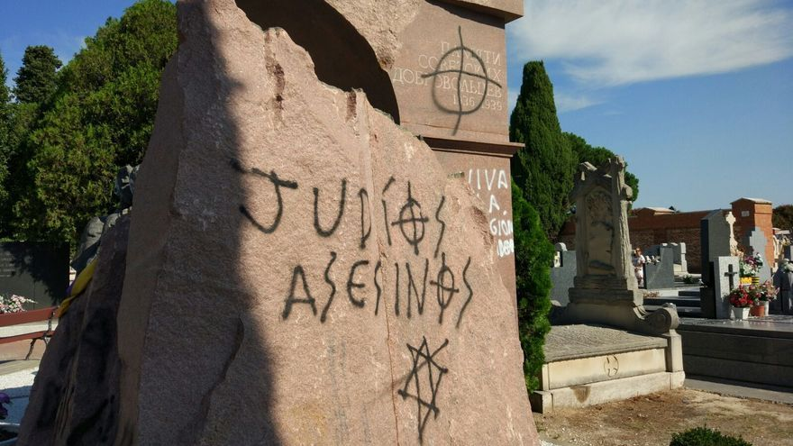 Pintadas antisemitas en el monumento en honor a los voluntarios soviéticos que participaron en la Guerra Civil