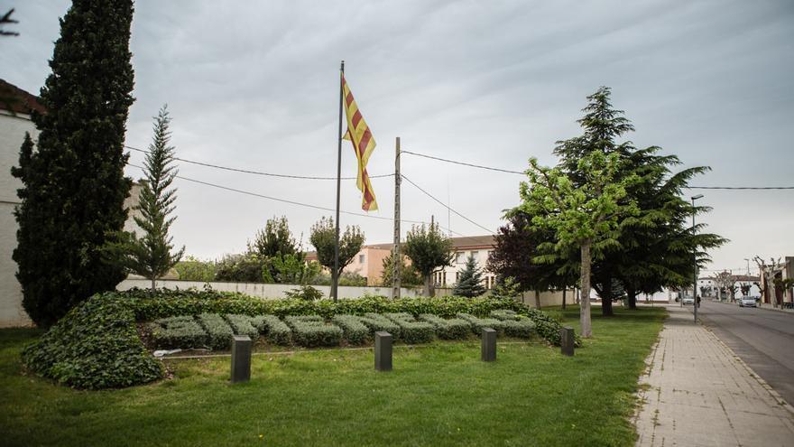 El pueblo de Gimenells da la bienvenida al visitante con un seto con el nombre del pueblo y la bandera catalana / ENRIC CATALÀ
