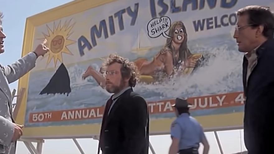 El alcalde de Amity, indignado por pintada con la aleta en una escena de 'Tiburón'.