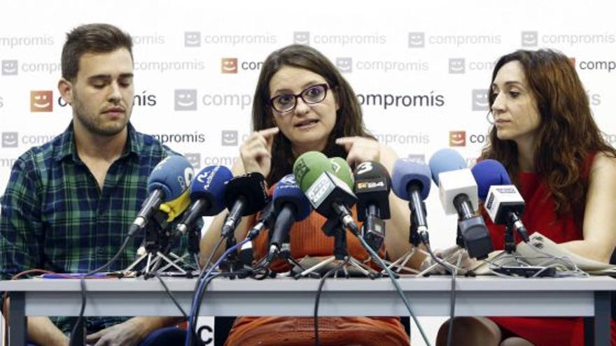 Fran Ferri, Mónica Oltra e Isaura Navarro, diputados de Compromís, en una rueda de prensa.
