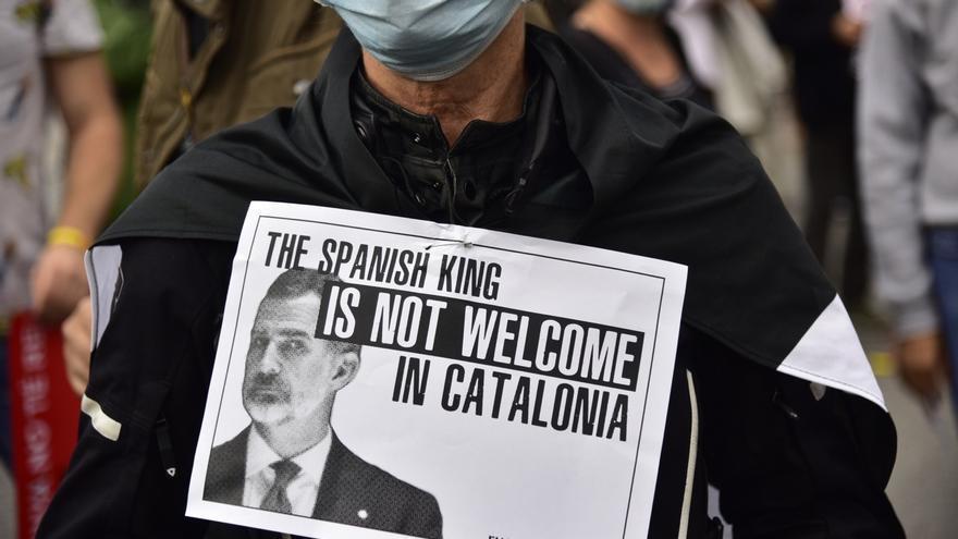 Pancarta en rechazo a la visita del Rey Felipe VI a Barcelona en un acto del BNEW