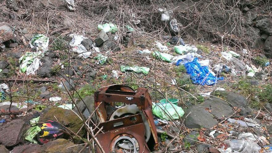 En la imagen, basura en el barranco La Fuente.