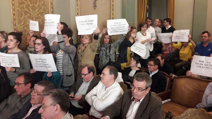 Empleados de la Diputación de Albacete, hoy, en el Pleno
