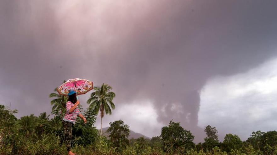 Entra de nuevo en erupción el volcán Soputan en Indonesia