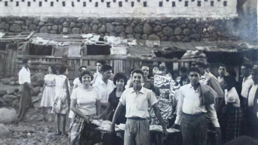 Foto antigua de una romería de subida del Trono.