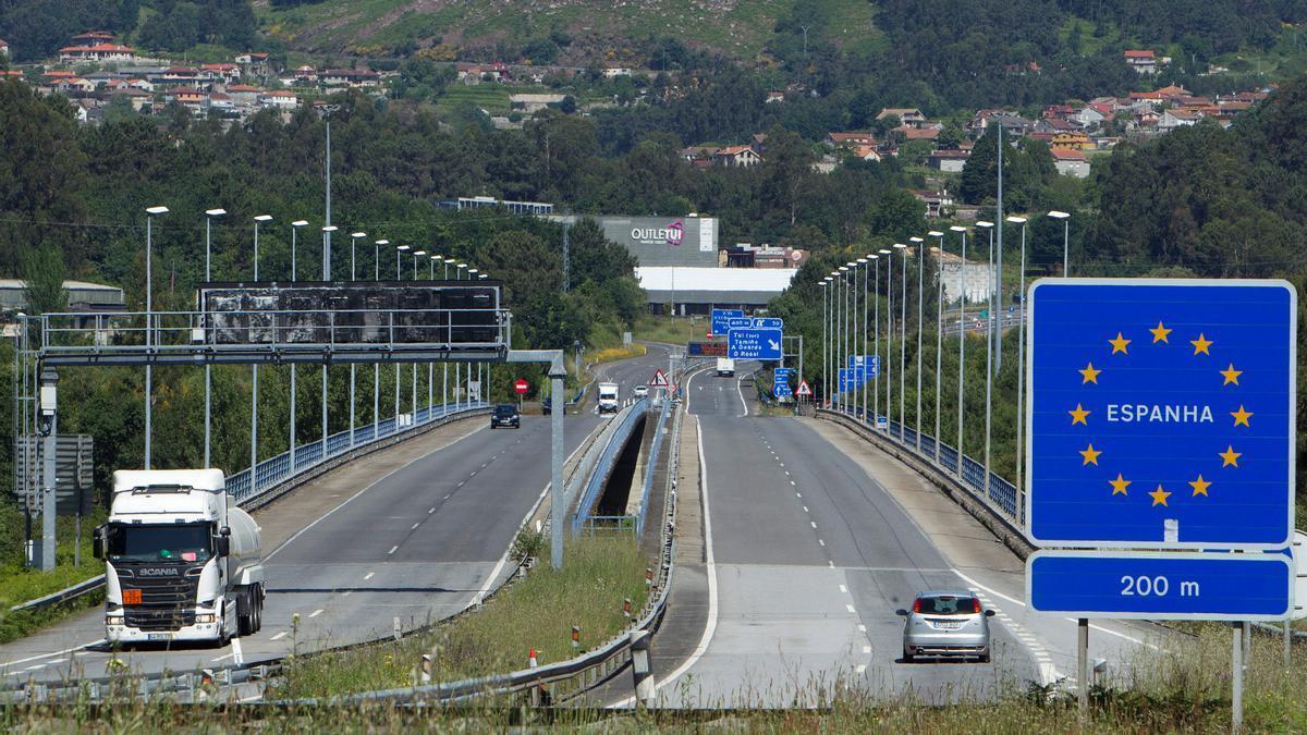 Vista del puente internacional entre Tuy (Pontevendra) y Valença (Portugal). EFE/ Salvador Sas/Archivo