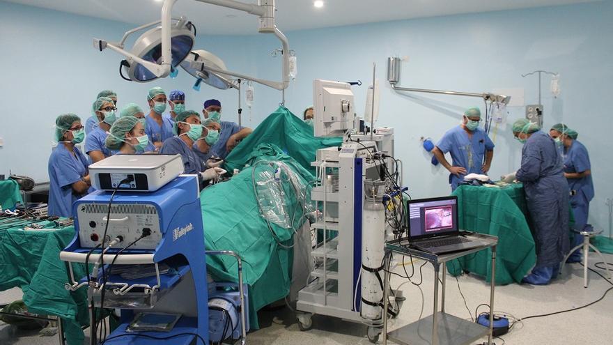 Especialistas del Hospital de Albacete en quirófano realizando el primer trasplante de riñón con donante vivo.