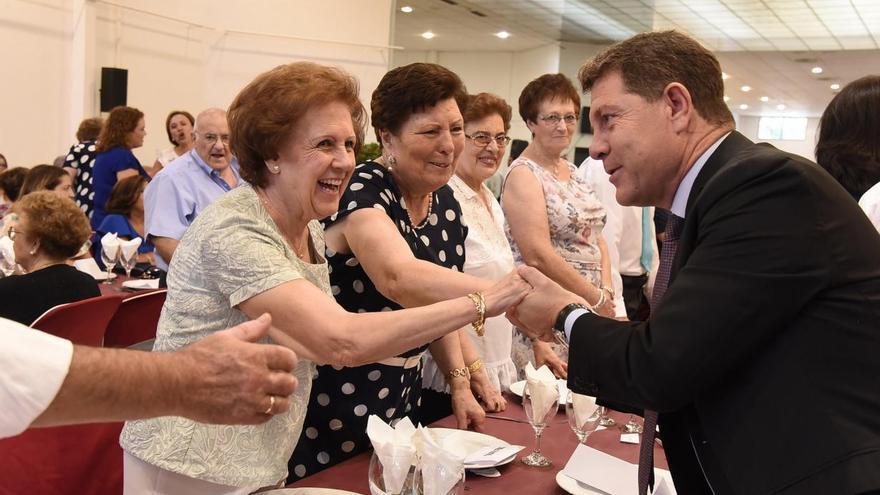Emiliano García-Page en un acto con personas mayores en Manzanares