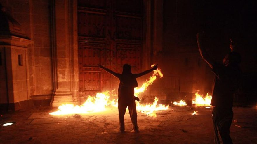 Grupo incendia puerta del Palacio Nacional al finalizar marcha por 43 jóvenes