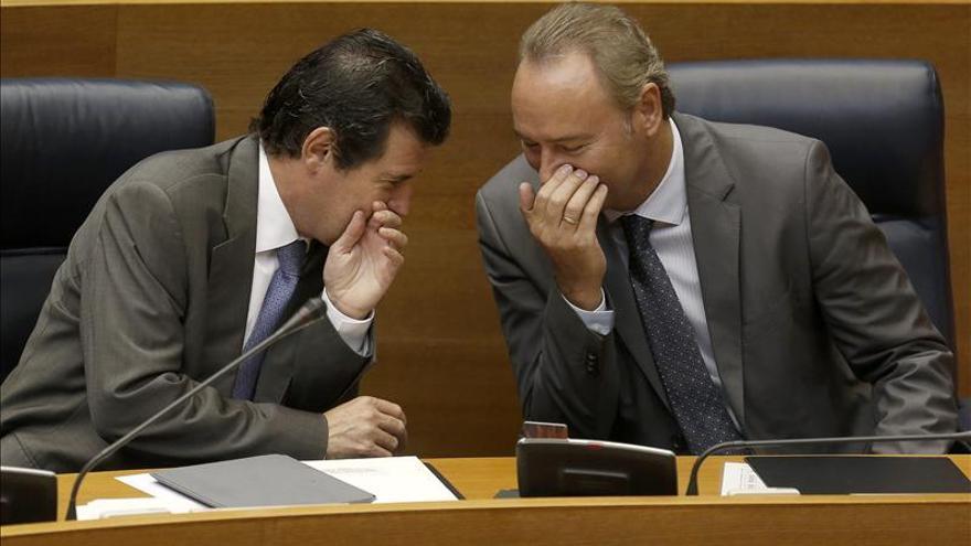 José Ciscar y Alberto Fabra, exvicepresidente y expresidente de la Generalitat, en las Corts Valencianes.