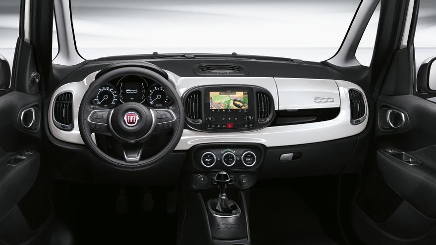 El interior del Fiat 500L concentra los cambios en el diseño del volante y del cuadro de mandos.
