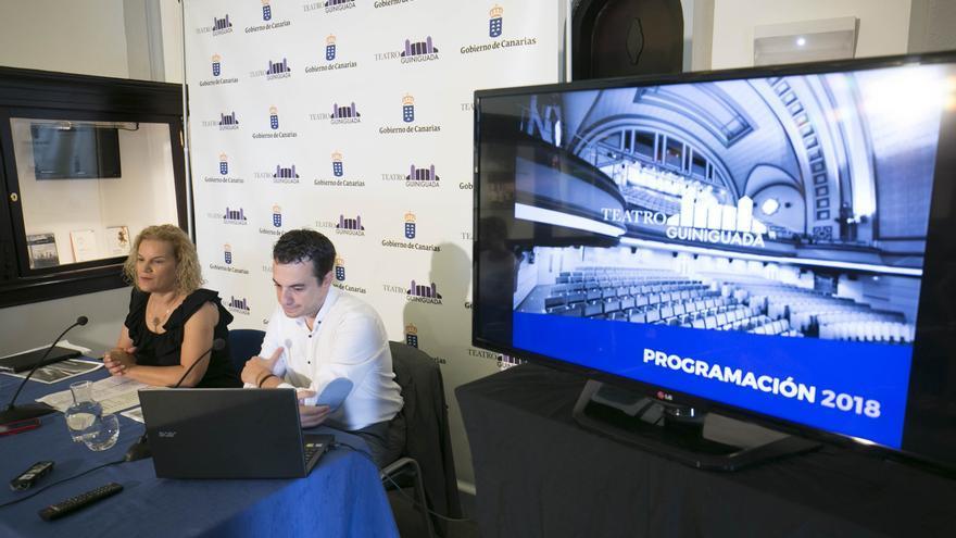 La directora general de Promoción Cultural del Gobierno, Aurora Moreno, y del director del Teatro Guiniguada, Daniel Tapia.