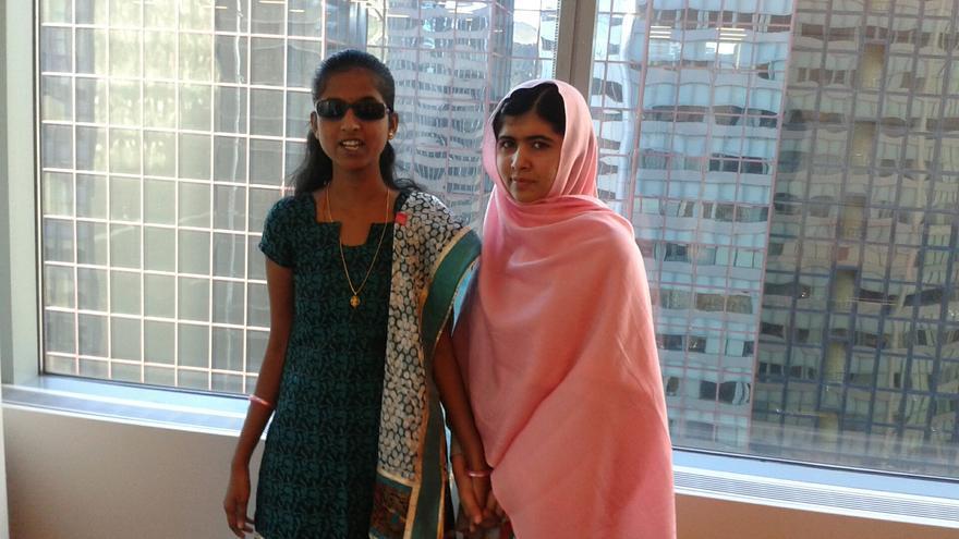 Ashwini Angadi junto con Malala Yousafzai en la sede de la ONU. / Imagen cedida por Aswhini Angadi