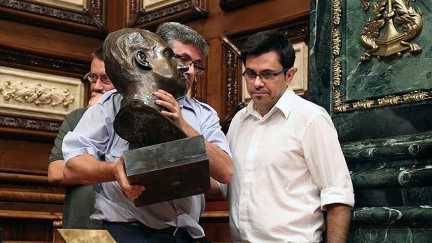 Gerardo Pisarello durant la retirada del bust de Joan Carles I del saló de plens