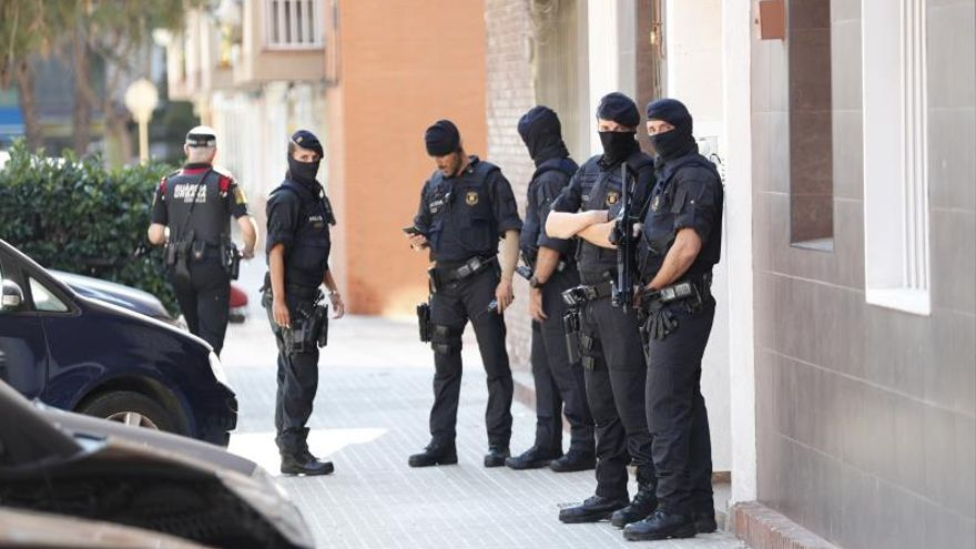 Los Mossos custodian el edificio donde vivía el que hombre ha sido abatido esta mañana al intentar acceder a la con un cuchillo en la comisaría de Cornellà