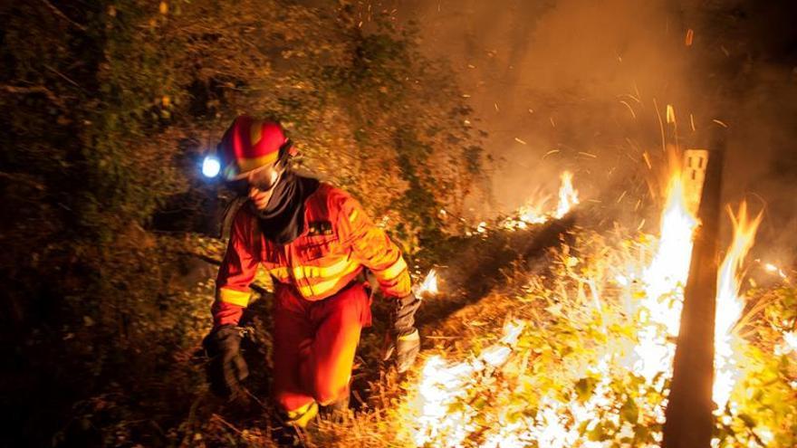 Continúa activo un fuego en Pantón y están controlados los de  Maside y Lalín