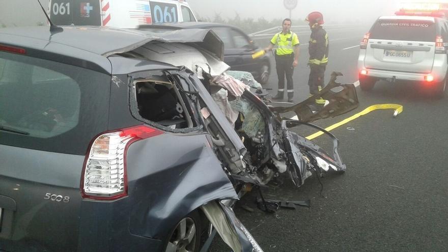 Un herido grave y tres leves al colisionar dos turismos con un camión averiado en la entrada del túnel de Lantueno