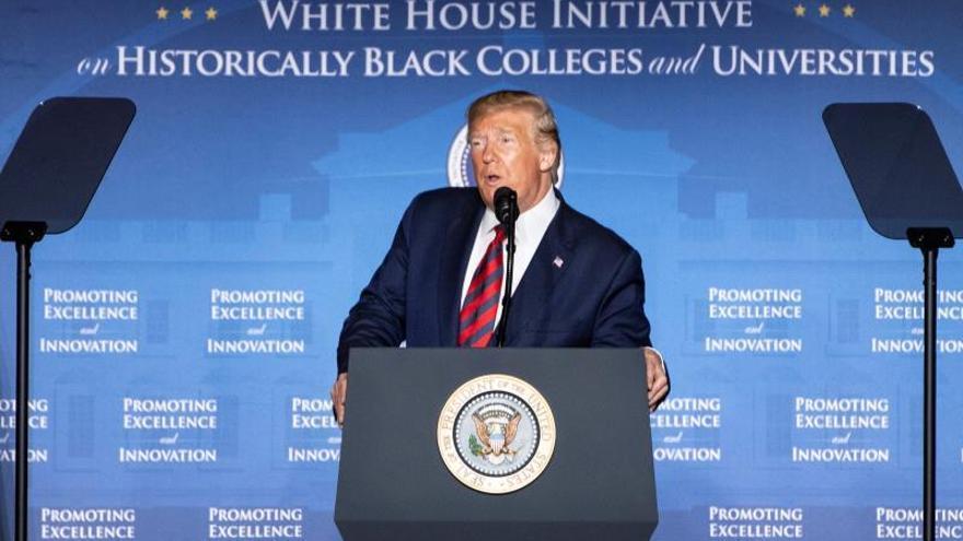 """Trump urge a los """"idiotas"""" de la Fed a bajar los tipos """"a cero o menos"""""""