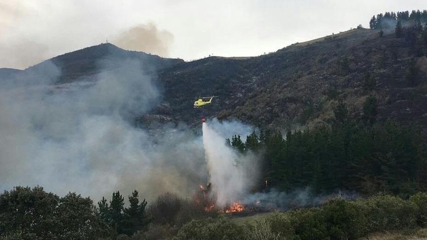 Activos 7 de los 18 incendios forestales registrados en Cantabria