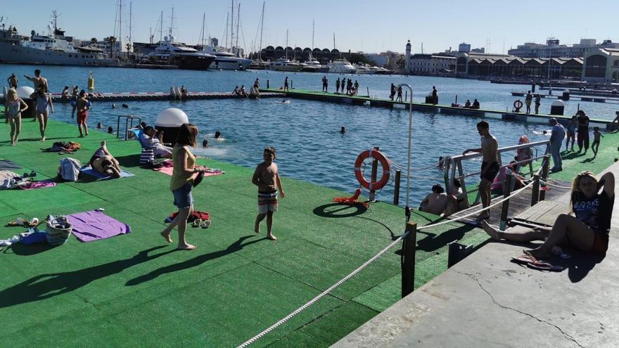 Numerosos bañistas en la piscina natural habilitada en la Marina de València