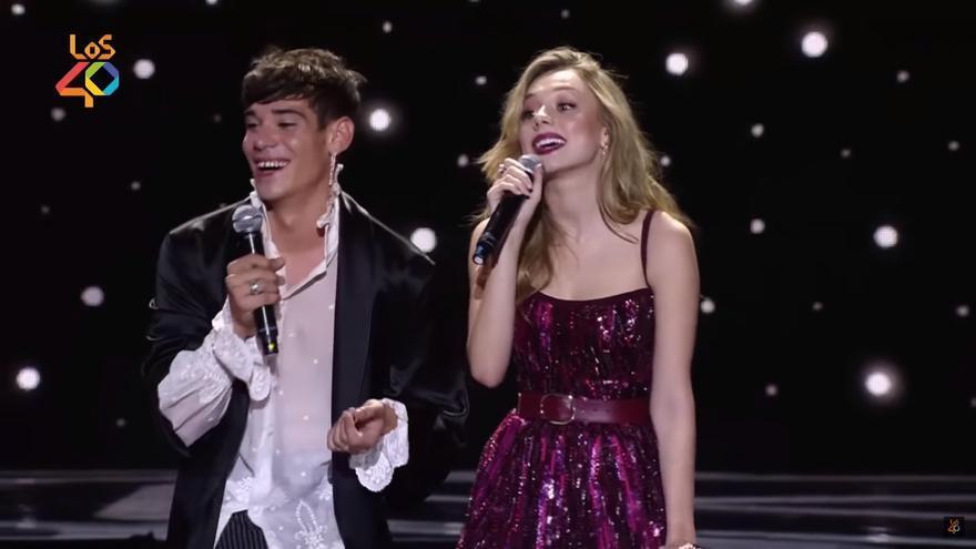 César Vicente y Ester Expósito durante la gala de Los40 Music Awards