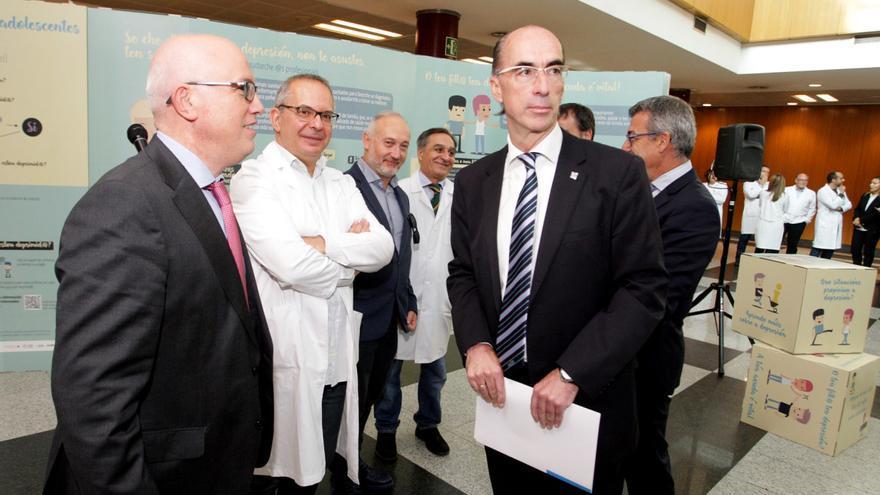 El conselleiro de Sanidade y otros cargos del Sergas, durante un acto en el hospital de Santiago