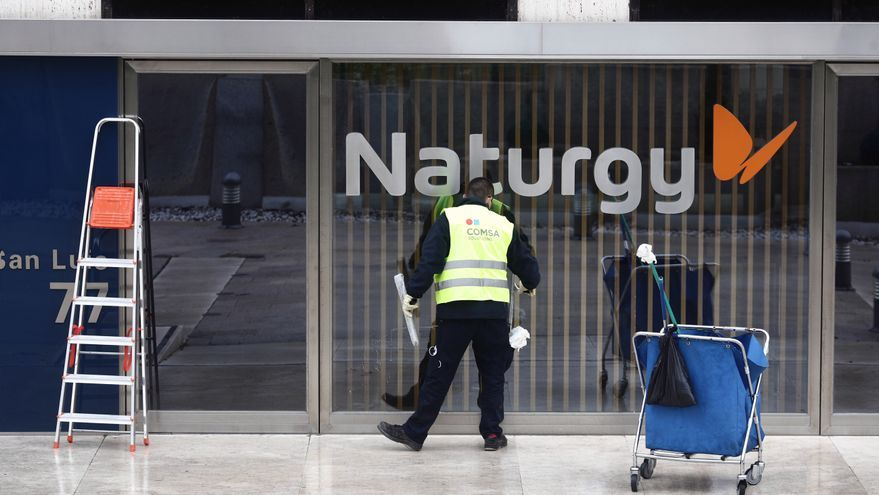 Un operario limpia la cristalera de la sede de Naturgy ubicada en la capital, Madrid, (España), a 26 de enero de 2021