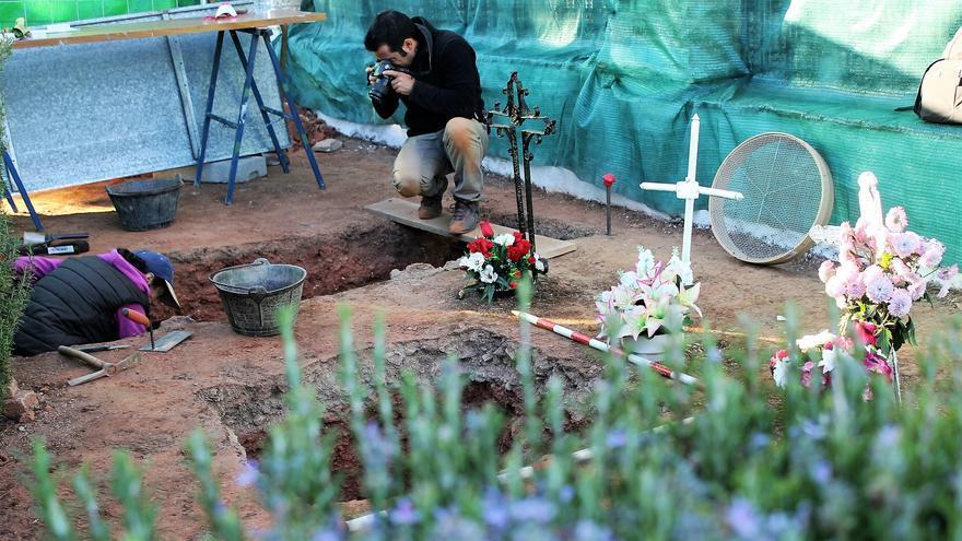 Las catas arqueológicas descubren huesos a escasos centímetros de la superficie. | JUAN MIGUEL BAQUERO