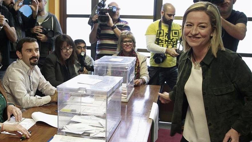 La candidata de Coalición Canaria por Santa Cruz de Tenerife al Congreso de los Diputados, Ana Oramas (d), atiende a los medios tras ejercer el derecho al voto, en la jornada de elecciones generales del 20D. EFE/Cristóbal García