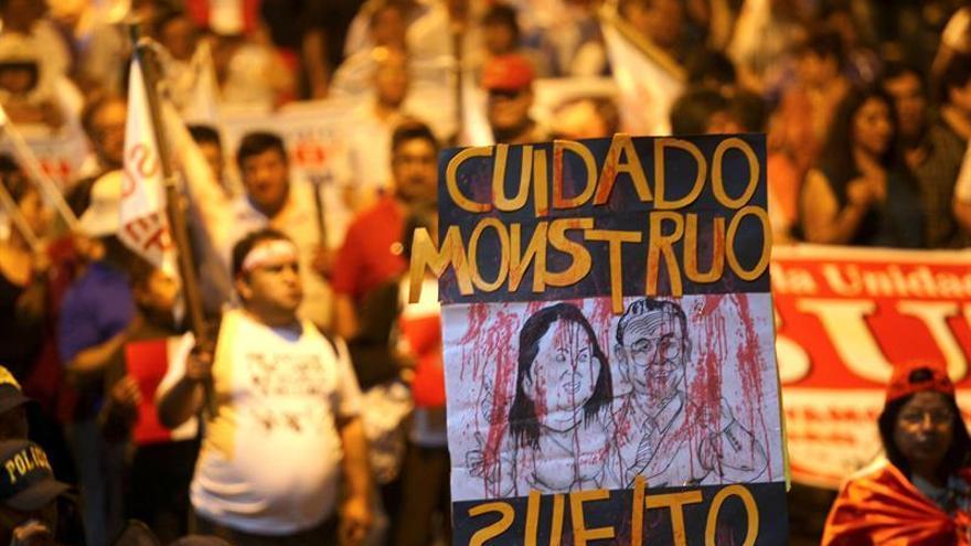 """Miles de peruanos marchan contra el indulto a Fujimori y lo consideran """"un insulto"""""""