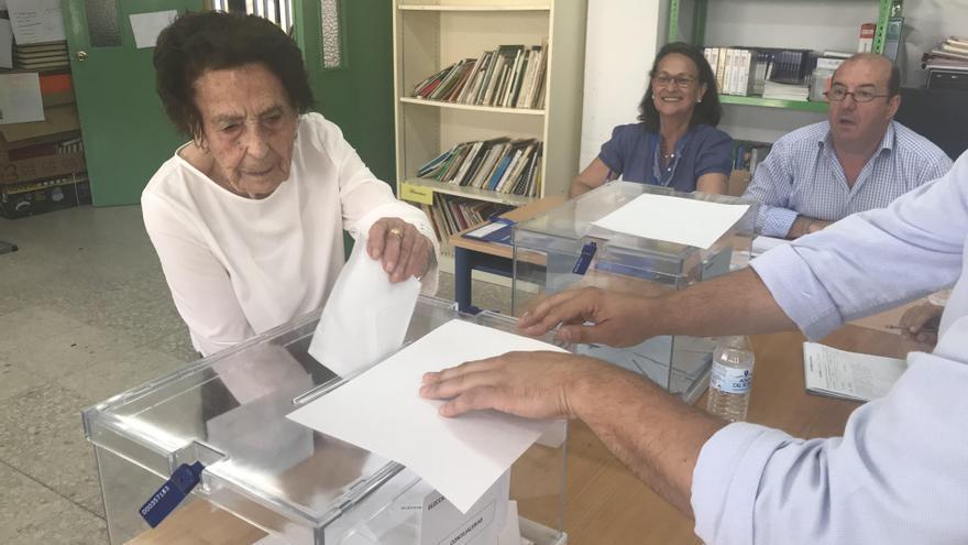 María Valadez Ramos, centenaria, vota en San Martín del Tesorillo (Cádiz), donde se vota por primera vez a los representantes del Ayuntamiento /Foto: Laura Ferrer