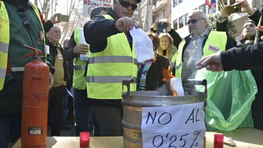 Un pensionista quema en una hoguera improvisada la carta donde se informa de la subida de las pensiones / CARLOS TRENOR