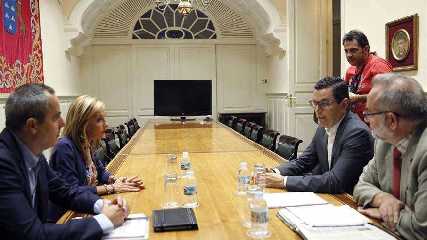 El vicepresidente del Gobierno de Canarias, Pablo Rodríguez (2d), se reunió con la portavoz del PP en el Parlamento regional, María Australia Navarro.