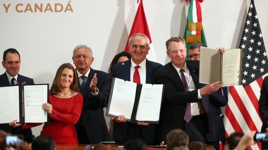 La primera ministra de Canadá, Chrystia Freeland; el presidente de México, Manuel López Obrador; el académico mexicano José Antonio Seade Kuri y el representante de la Casa Blanca, Robert Lighthizer, posan durante la firma de la nueva versión del acuerdo comercial T-MEC.