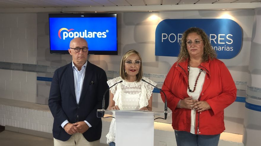 Australia Navarro, presidenta del PP de Canarias, junto al secretario general del partido en el Archipiélago, Pedro Suárez, y la coordinara regional Auxiliadora Pérez.