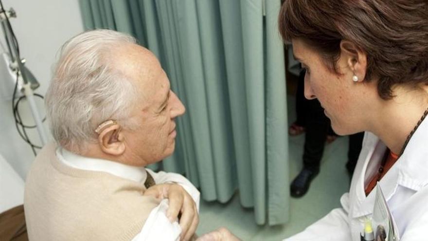 Una doctora atiende a un paciente en un centro de Atención Primaria