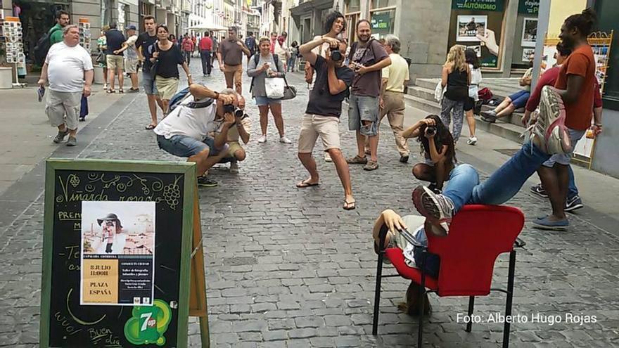 El estudio fotográfico de retratos callejeros que se celebró el viernes en Santa Cruz de La Palma en el marco del Festival La Palma Cotidiana. Foto: Alberto Hugo Rojas.