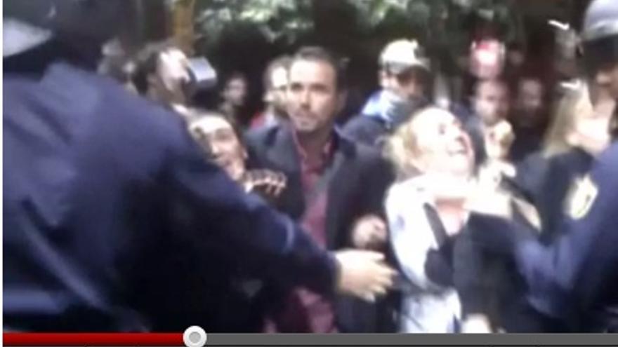 La policía desaloja a un grupo de manifestantes de los alrededores de Sol, entre ellos Alberto Garzón. Captura de vídeo por O. Rodríguez.