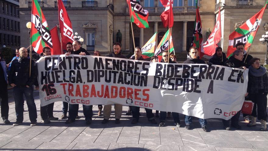 Imagen de la última concentración frente a la Diputación alavesa de los trabajadores de un centro de menores de Vitoria.