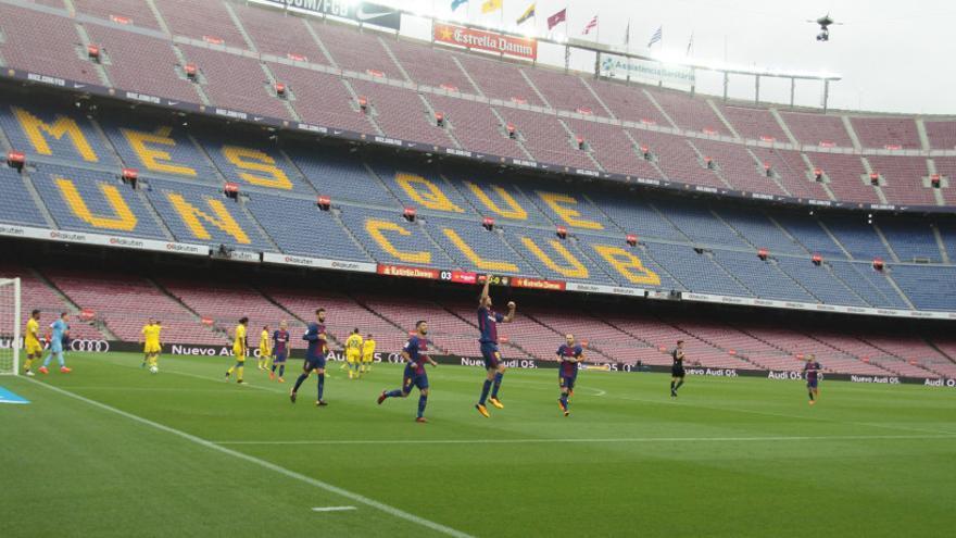 Los jugadores del Barcelona celebran el gol marcado por su compañero Sergio Busquets ante un Camp Nou vacío.