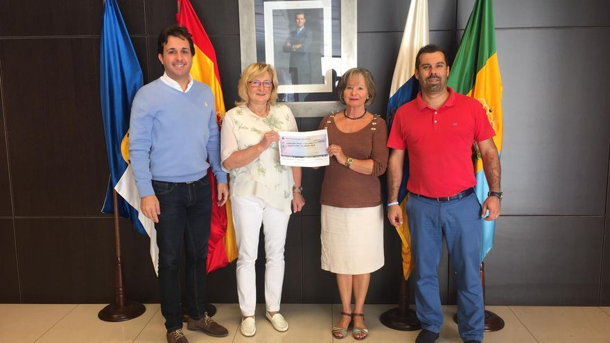 El concejal de Cultura y Fiestas y el de Asuntos Sociales de Breña Baja con dos representantes de la colonia alemana en La Palma.