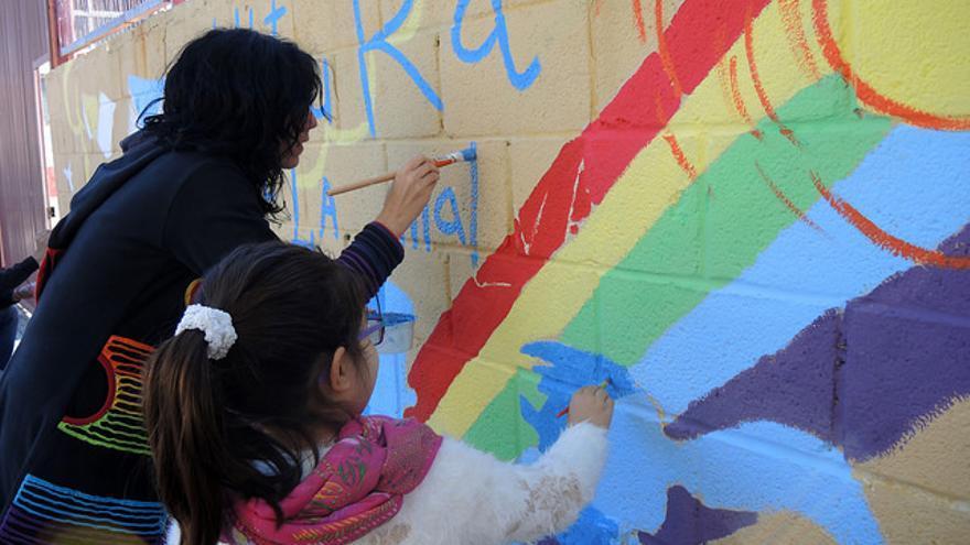 Pintada de un mural en el barrio de la Malva-rosa