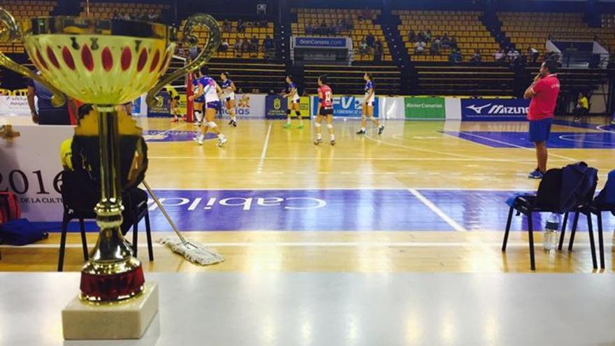 Imagen de la Copa y del encuentro entre el CV Haris y el CV IBSA Gran Canaria. (cvolimpico.net).