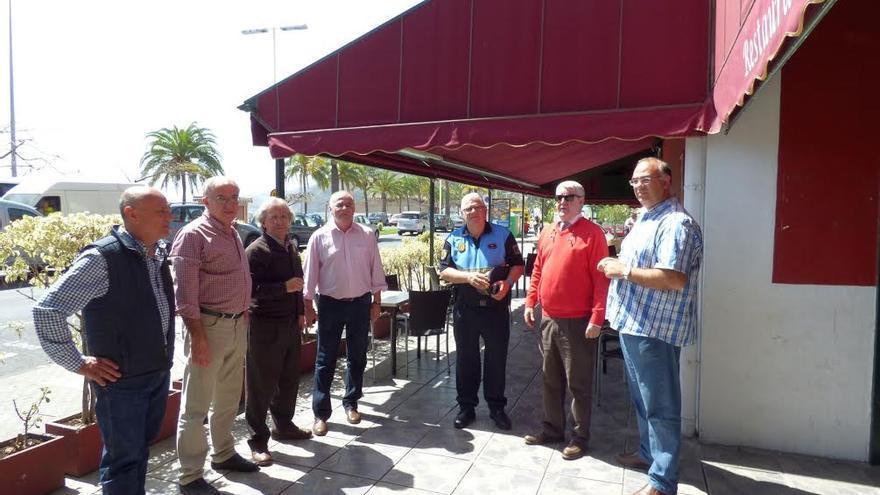 En la imagen, Carlos Cabrera (centro), en el exterior de Casa Indianos, con técnicos y repersentantes del Ayuntamientos.