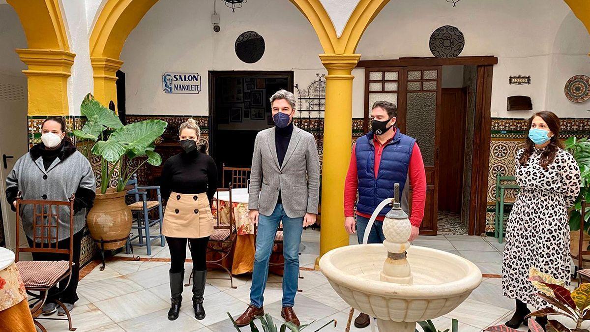 Andrés Lorite con empresarios de la hostelería del casco histórico de Córdoba.