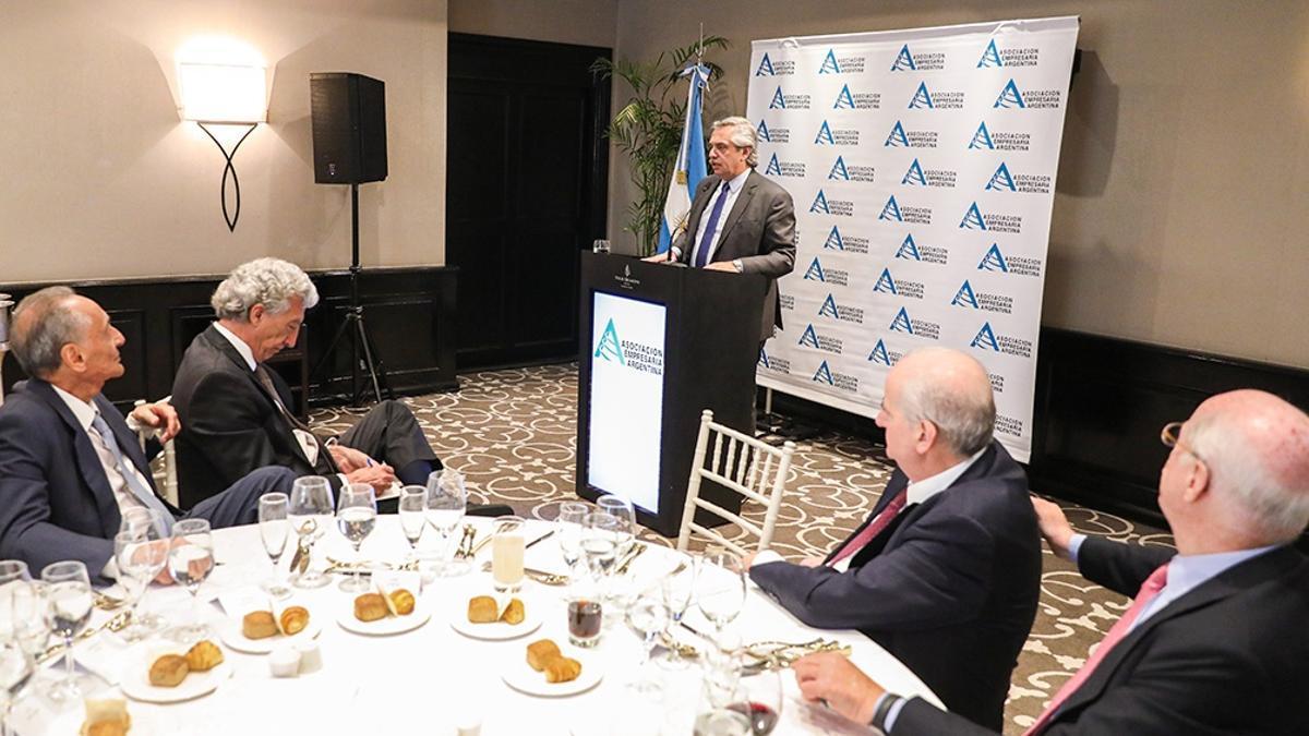 Alberto Fernández diserta ante la Asociación Empresaria Argentina en diciembre de 2019 mientras el CEO de Clarín, Héctor Magnetto, lo observa