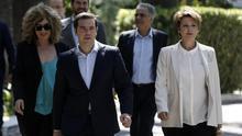 Alexis Tsipras sale del Palacio presidencial con los nuevos miembros de su Gobierno tras jurar sus cargos. /  Thanassis Stavrakis AP Photo